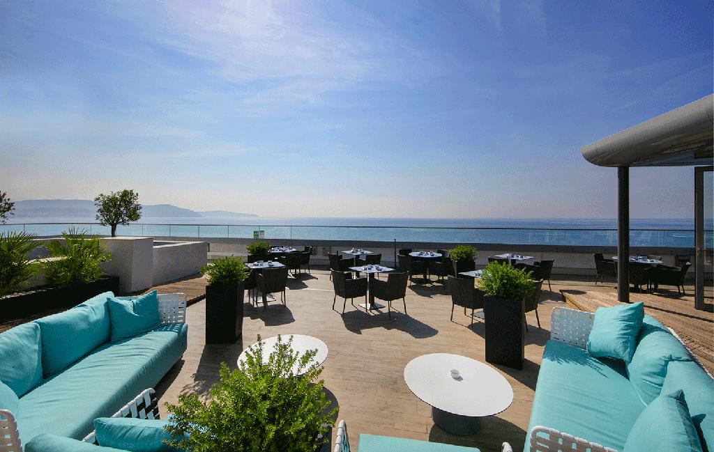 Calade rooftop restaurant lounge terrasse extérieure