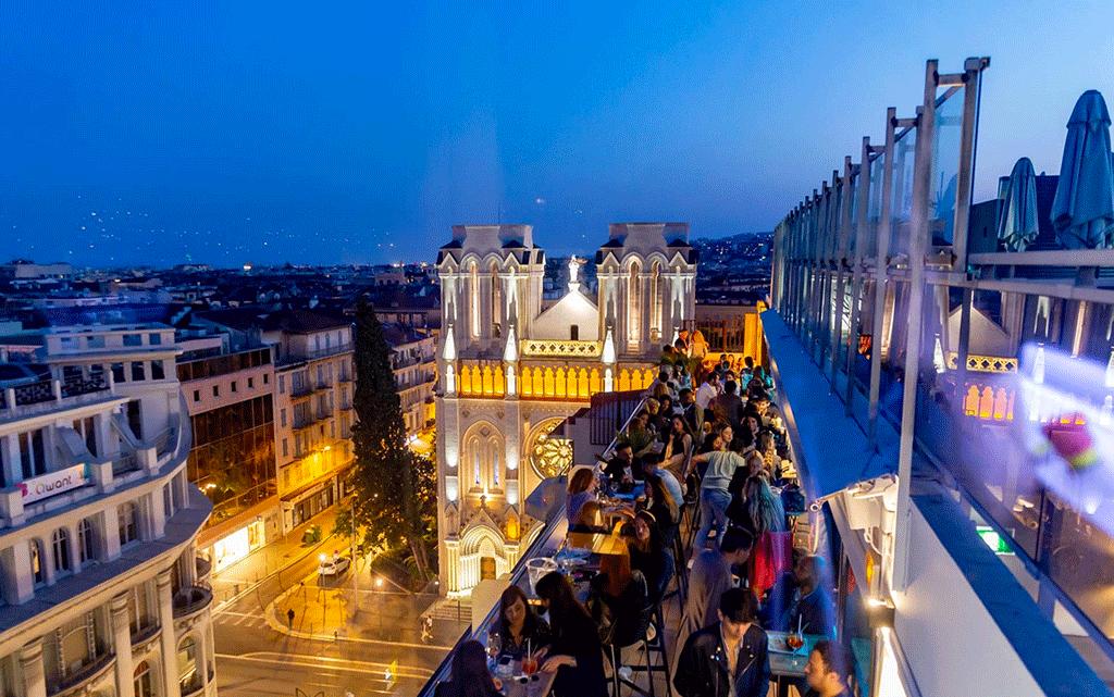 Skylounge rooftop du Mercure Hotel avec vue sur la basilique Notre-Dame à Nice
