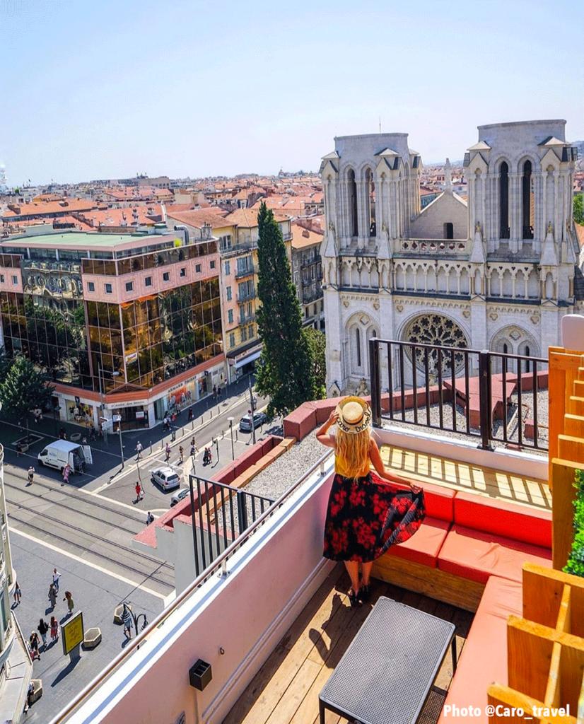 Vue sur la basilique Notre-Dame depuis le rooftop Skylounge à Nice