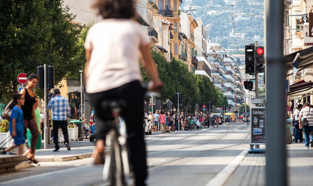 Avenue Borriglione avec vélo et piétons